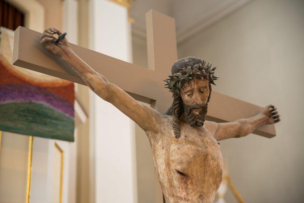 Christusfigur in der Denstorfer Kirche